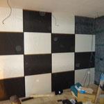 吸音壁材をデザインで白・黒 部材を市松模様で配置