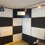 とても気密の高い部屋の為、換気は不可欠ですが、音漏れも考慮し、熱交換型の換気扇を取付