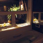お風呂から坪庭を眺め、リゾートホテルのような癒しを演出。