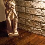 これもバリ産砂岩の彫刻『バリニーズ』。実は左右対称の2体で1組なのです。