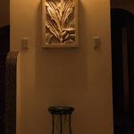 玄関ホールはバリ直輸入の『砂岩レリーフ』がお出迎え。