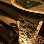 外部玄関ポーチ階段左右に配置されたバリ産砂岩門柱&鉢。