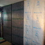既存壁の内側に更に壁を造作、16K高性能グラスウール吸音と遮音シート張り