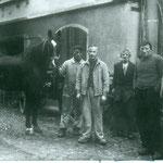 (Huf)Schmid Albert Grünenfelder (2. v. lks) mit Hilfskräften und Nachbarn. Archiv E. Grünenfelder