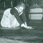 Frühlingsputz im Traubensaal. Maria Grünenfelder. Archiv E. Grünenfelder.