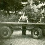 Wagner Nüesch und Schmied Albert Grünenfelder / Brückenwagen mit Achsen von Menzi, Widnau. Aufn. ca. 1953