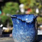 슈호(秀峰) 본명은 카타오카 히데미. 유색 작품이 전문이며 작은 화분에서 부터 30호(좌우약 90Cm)의 작품까지 있다. 여러 도법을 이용하여 시원한 기형속에 멋이 있는 모양이 특징