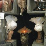 pigeons blancs et benitier de cimetiere