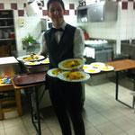 Oliver serviert Kürbiscarpaccio mit Lavendeldressing und Pastinakenchips