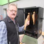 Senior Herbert bei seinem Räucherschrank - heimische Forellen goldbraun geräuchert