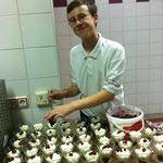 unser Junior Maximilian beim Dessert anrichten