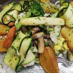 Kräuterkäse im Zucchinimantel gegrillt auf großen Salat