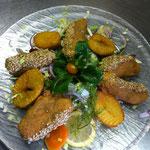 Wildlachs in der Sesamkruste auf großen Salat