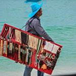 Verkäufer am Strand von Chawaeng Noi