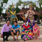 Gruppenaufnahme im Siam Niramit Themenpark in Bangkok