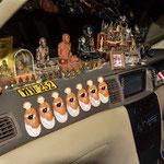Wenns was bring - Glückbringer in einem Taxi auf Koh Samui