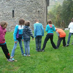 Nun hieß es zusammenhalten, damit alle Kinder es schaffen die Insel zu erreichen um dort ihr Rittergewand abzuholen. Konzentration und Ausdauer ist gefordert.