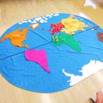 Kinder legen die Kontinente. Jedes Männchen steht für 1% der Weltbevölkerung,...