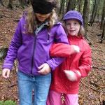 Wie fühlt sich der Wald an? Finde danach die befühlte Stelle wieder mit offenen Augen!