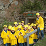 Nach dem Ausfassen des Schutzgewandes ging es in zwei Gruppen, eine Buben- und eine Mädchengruppe in den Berg hinein.