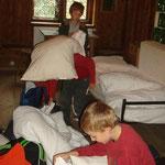Das Bettüberziehen machte einigen zu schaffen, aber wir halfen alle zusammen und bald hatten wir diese Hürde geschafft.