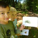 ...auch dabei erfragten die Kinder interessiert den Namen der gefundenen Gegenstände für ihr Bild.