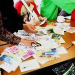 残ったポストカードは被災地のお祭りで子供たちの手に渡っていることを  国際NGO様サイトから自分のポストカード1枚、見つけて  伺うことができました!