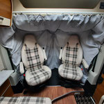 verlängerte Gardinen unter Einbindung der Sitze mit gleichzeitiger Dämmung des Fahrerhauses