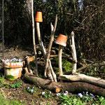 Treibholzarrangement neben dem Rosenbogen