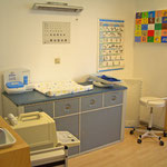 Behandlungsraum mit Ultraschallgerät und Sehtest