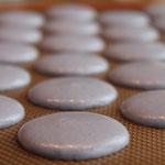 Lavendel-Macarons in der Herstellung