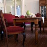 Im ganzen Haus sind überall individuelle Sitzgruppen aufgestellt.