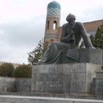 """Denkmal für Al-Chwarizmi, dem """"Erfinder"""" der Algebra in Chiwa, Usbekistan"""