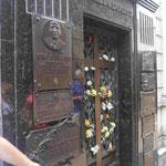 Ganz unten rechts: Bronzetafel für Evita Peron an der Familiengruft in Buenos Aires, Argentinien