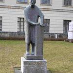 Denkmal für Max Planck von Bernhard Heiliger vor der Humboldt Universität, Berlin