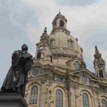 Lutherdenkmal vor der wiederaufgebauten Dresdener Frauenkirche