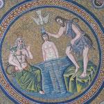 Mosaik die Taufe Jesu im Jordan in der Taufkapelle der Arianer in Ravenna, italien
