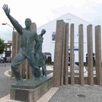 Denkmal für die vielen Emigranten, die die Azoren Richtung Amerika verliessen, in Ponta Delgada, Sao Miguel, azoren