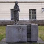 Denkmal für Lise Meitner von Anna Franziska Schwarzbach, 2014, erstes Denkmal für eine weibliche Wissenschaftlerin in Deutschland