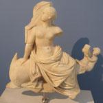 Aphrodite reitet auf einem Delphin in einem Poseidon Tempel, 2. Jhdt. v.u.Z., aus Thassos, Archäologisches Museum, Griechenland