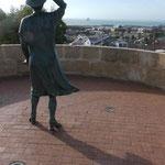 Die Mutter sucht ihren verschollenen Sohn am Denkmal für Seeleute des australischen Kreuzers Sydney  in Geralton, Westaustralien