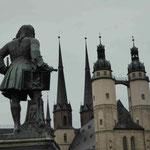 Händel-Denkmal in dessen Geburtsstadt Halle/Saale vor der Marienkirche