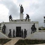 """Befreiungsdenkmal """"Liberty"""", Zyperns Unabhängigkeit 1960 aus britischer Kolonialherrschaft auf der Stadtmauer von Nicosia, zwei Männer öffnen das Gefängnistor"""