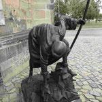 Denkmal für die Trümmerfrauen vor der Johanniskirche in Magdeburg
