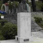 Denkmal für einen Befreiungskämpfer gegen die Osmanen am Kloster Agia Lavts bei Kalavitra, Nordpeleponnes, Griechenland