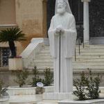 Denkmal für den zypriotischen Erzbischof Makarios III., erster und letzter Staatspräsident eines vereinigten Zypern, vor dem Bischofspalast