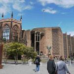 Die von der deutschen Luftwaffe zerstörte, später teils wiederaufgebaute Kathedrale von Coventry, Mittelengland