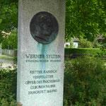 Denkmal für einen evangelischen Pfarrer in Müggelheim, dervon den Nazis ermordet wurde, weil er sich für rassistisch verfolgte Menschen einsetzte