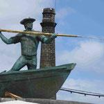 Denkmal für die ehemaligen Walfänger vor einer aufgelassenen Walfabrik  in Sao Roque do Pico, Azoren