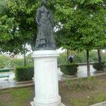"""Denkmal der """"Carmen"""" gegenüber der Stierkampfarena von Sevilla"""